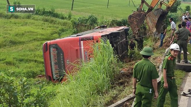 Lật xe giường nằm trên đường đi Lào, 1 người chết, 20 người bị thương - Ảnh 2.