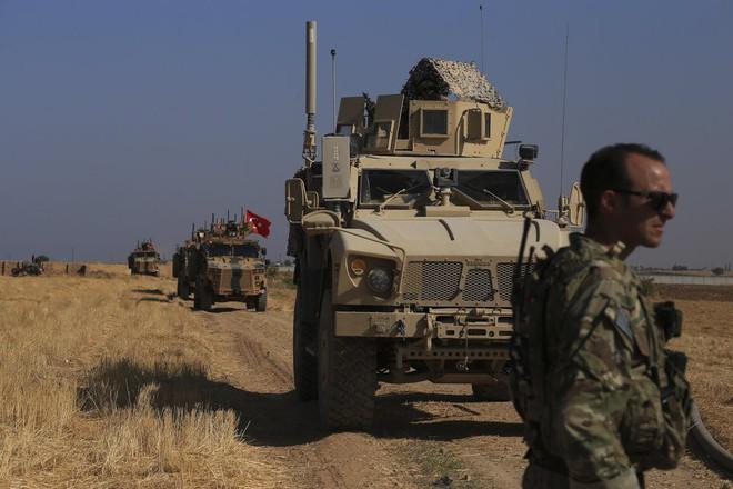 Nội ứng ngoại hợp, đại quân Thổ Nhĩ Kỳ sắp ập vào Syria: Phát hiện Mỹ ồ ạt tiếp viện người Kurd, chọc gậy Ankara - Ảnh 2.