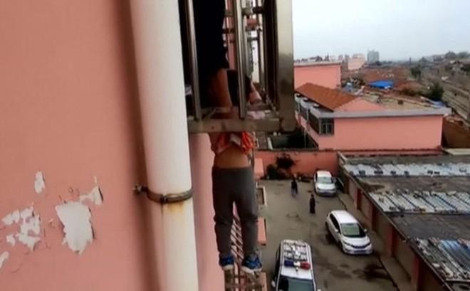Bé trai kẹt đầu vào thanh sắt lơ lửng ngoài cửa sổ tầng 4