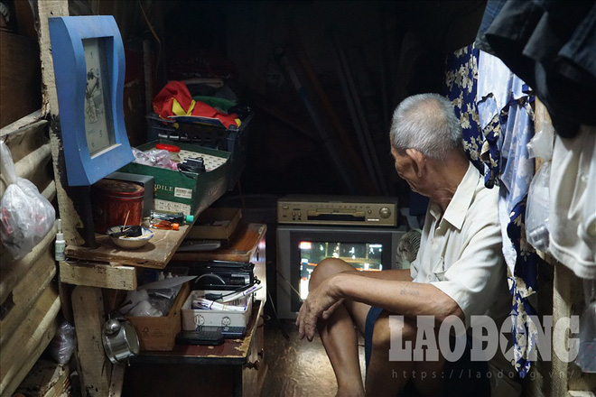 Hóp bụng, nghiêng mình di chuyển trong căn nhà siêu mỏng giữa phố Sài Gòn - Ảnh 4.
