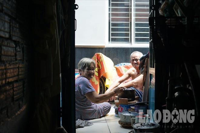 Hóp bụng, nghiêng mình di chuyển trong căn nhà siêu mỏng giữa phố Sài Gòn - Ảnh 5.