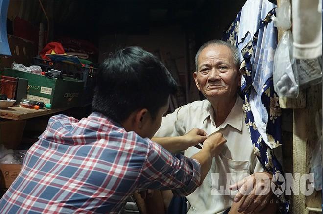Hóp bụng, nghiêng mình di chuyển trong căn nhà siêu mỏng giữa phố Sài Gòn - Ảnh 8.
