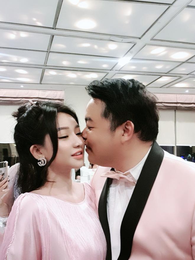 Chân dung người đẹp vừa để lộ loạt ảnh ôm ấp, tình tứ với ca sĩ Quang Lê - Ảnh 1.