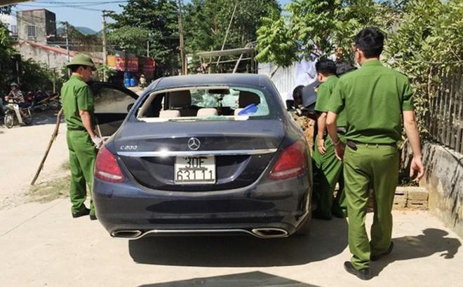 Truy tìm chủ nhân ô tô Mercedes bị đập vỡ kính bỏ bên đường, trong xe có vết máu