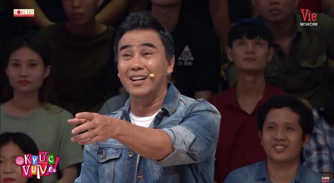 MC Quyền Linh: Anh Phú Quang chỉ vào nơi ghi tên những người bạn đã mất và hỏi tôi: Em có muốn anh ghi tên em lên đó không? - Ảnh 4.