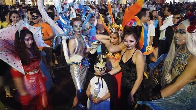 Giới trẻ Sài Gòn hóa ma quỷ dạo phố dịp lễ hội Halloween - Ảnh 1.