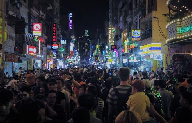 Giới trẻ Sài Gòn hóa ma quỷ dạo phố dịp lễ hội Halloween - Ảnh 2.