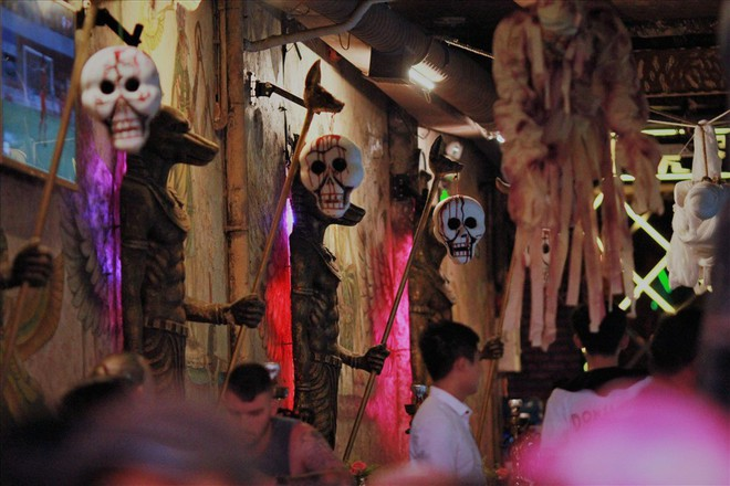 Giới trẻ Sài Gòn hóa ma quỷ dạo phố dịp lễ hội Halloween - Ảnh 3.