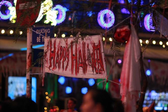 Giới trẻ Sài Gòn hóa ma quỷ dạo phố dịp lễ hội Halloween - Ảnh 4.