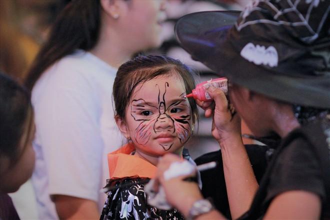 Giới trẻ Sài Gòn hóa ma quỷ dạo phố dịp lễ hội Halloween - Ảnh 5.