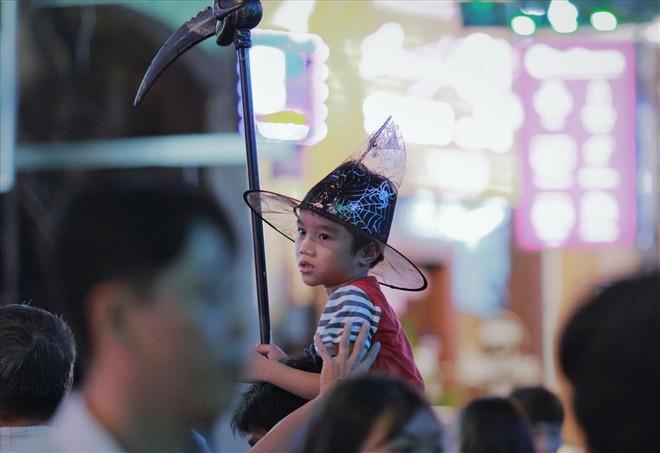 Giới trẻ Sài Gòn hóa ma quỷ dạo phố dịp lễ hội Halloween - Ảnh 6.