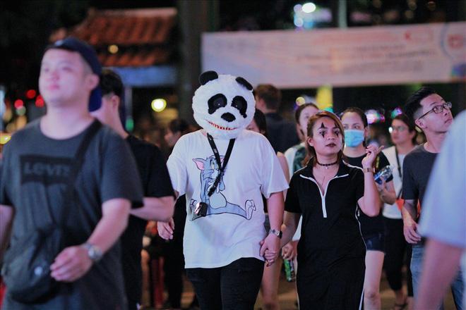Giới trẻ Sài Gòn hóa ma quỷ dạo phố dịp lễ hội Halloween - Ảnh 7.