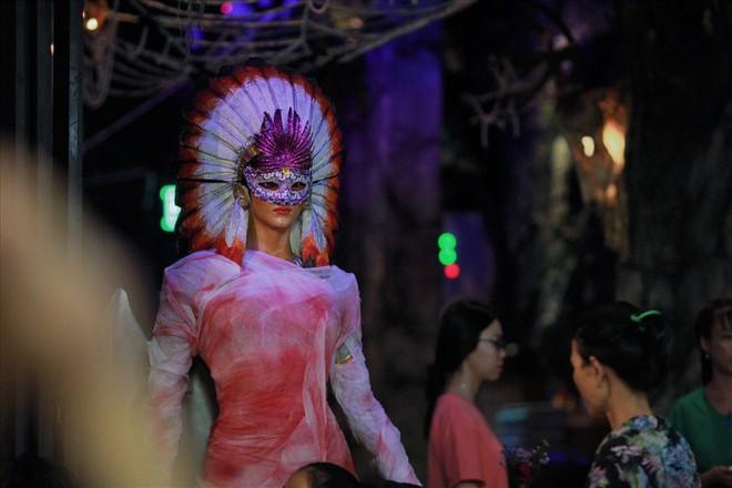 Giới trẻ Sài Gòn hóa ma quỷ dạo phố dịp lễ hội Halloween - Ảnh 9.