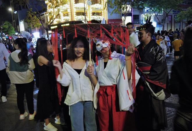 Giới trẻ Sài Gòn hóa ma quỷ dạo phố dịp lễ hội Halloween - Ảnh 10.