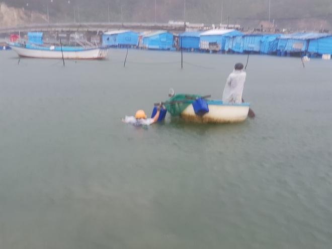 Người dân chạy đua với bão Nakri, vớt tôm cá trước giờ bão đổ bộ - Ảnh 5.