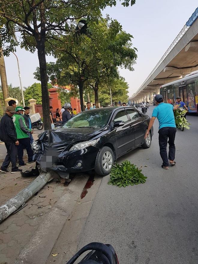 Ô tô đâm đổ cột đèn nát đầu, điều may mắn chính là pha thoát nạn của tài xế xe ôm công nghệ - ảnh 2