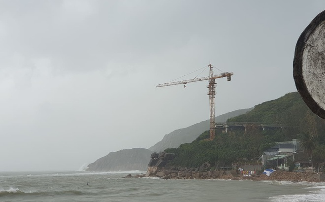 Người Bình Định hối hả ứng phó bão số 6, cần trục xây dựng vẫn ngang nhiên tồn tại