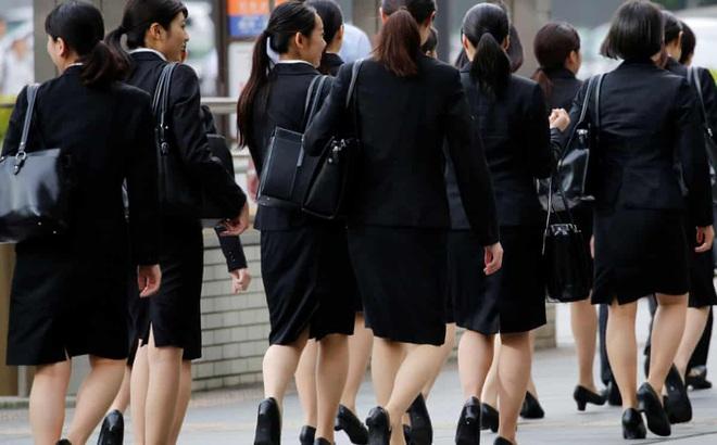 Phụ nữ Nhật Bản đấu tranh đòi quyền đeo kính tại nơi làm việc