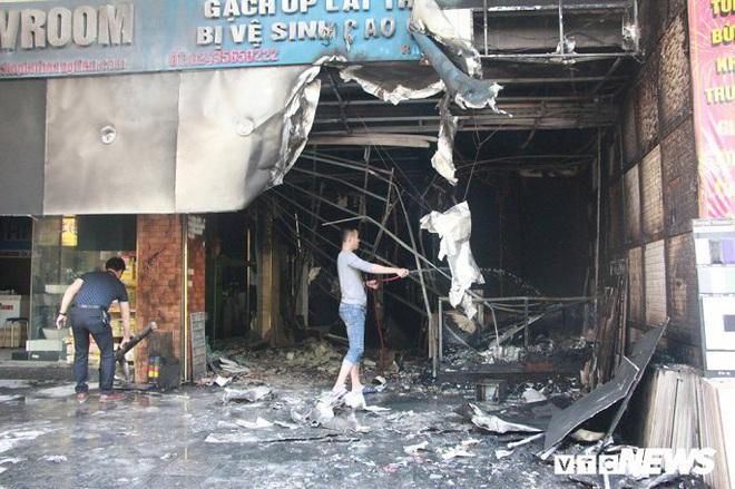 Ảnh: Cháy lớn cửa hàng phân phối gạch, thiết bị vệ sinh tại phố An Trạch - Ảnh 1.