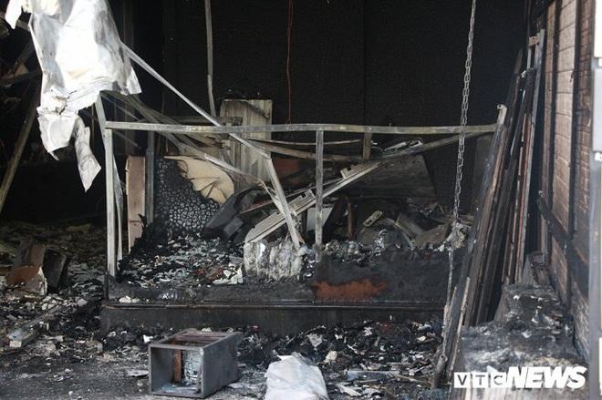 Ảnh: Cháy lớn cửa hàng phân phối gạch, thiết bị vệ sinh tại phố An Trạch - Ảnh 2.