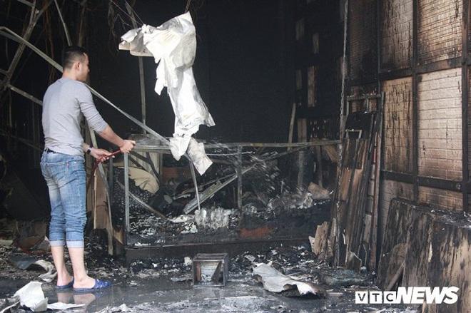 Ảnh: Cháy lớn cửa hàng phân phối gạch, thiết bị vệ sinh tại phố An Trạch - Ảnh 3.