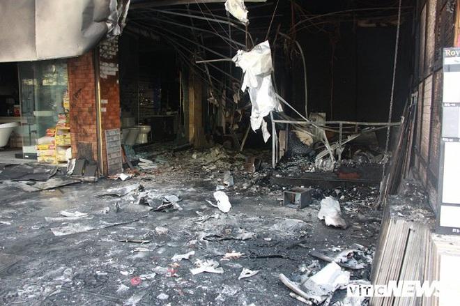 Ảnh: Cháy lớn cửa hàng phân phối gạch, thiết bị vệ sinh tại phố An Trạch - Ảnh 4.