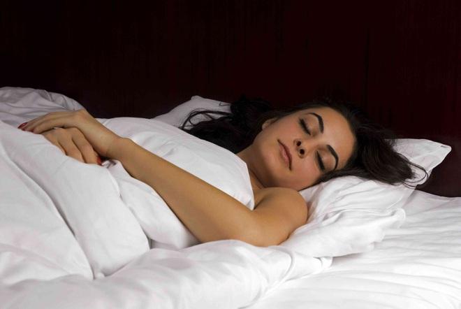 Làm thêm 4 việc trước khi đi ngủ: Đặt lưng xuống giường là ngủ, cả đời khỏe mạnh - Ảnh 1.