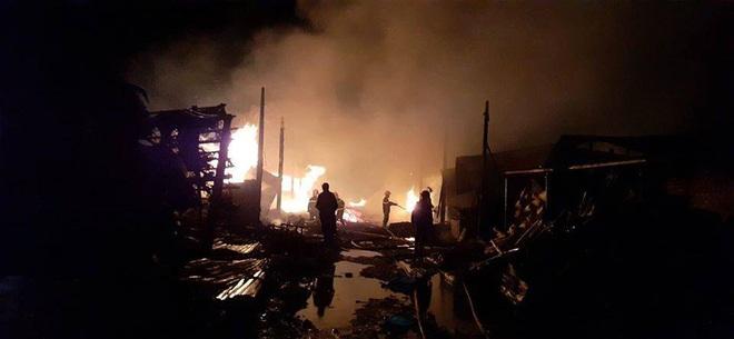 Hơn 50 chiến sĩ cảnh sát chữa cháy thâu đêm - Ảnh 1.