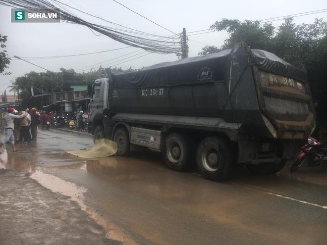 Xe ben chở cát cán chết người phụ nữ đang băng qua đường trong cơn mưa - Ảnh 1.