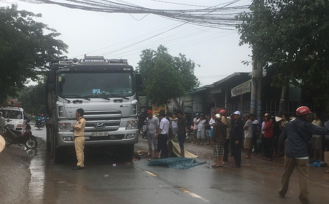 Xe ben chở cát cán chết người phụ nữ đang băng qua đường trong cơn mưa