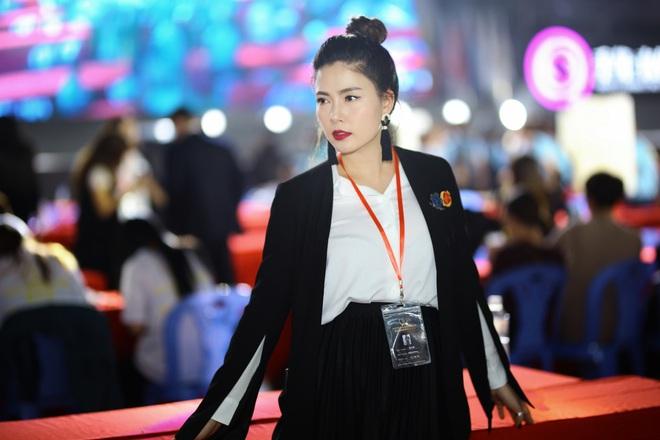 Ngọc Hiền được đưa đón bằng siêu xe khi dự sự kiện ở Trung Quốc - Ảnh 4.