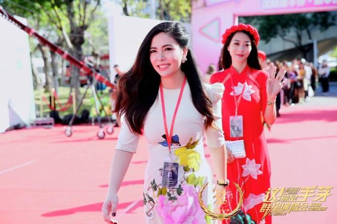 Ngọc Hiền được đưa đón bằng siêu xe khi dự sự kiện ở Trung Quốc - Ảnh 2.