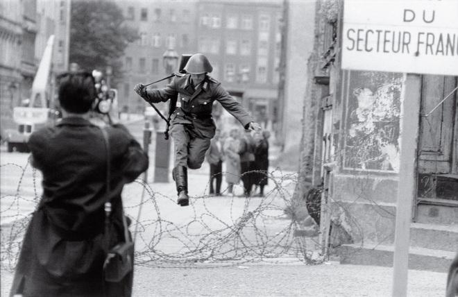 Điệp viên KGB chỉ rõ 2 sai lầm nghiêm trọng khiến Bức tường Berlin sụp đổ trong đêm đen - Ảnh 8.