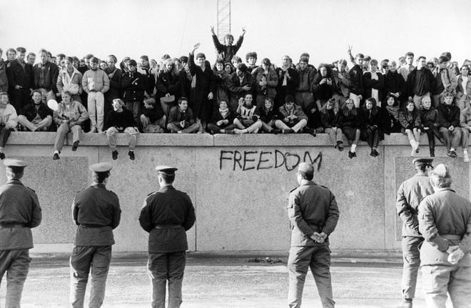 Điệp viên KGB chỉ rõ 2 sai lầm nghiêm trọng khiến Bức tường Berlin sụp đổ trong đêm đen - Ảnh 2.