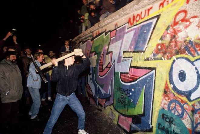 Điệp viên KGB chỉ rõ 2 sai lầm nghiêm trọng khiến Bức tường Berlin sụp đổ trong đêm đen - Ảnh 4.