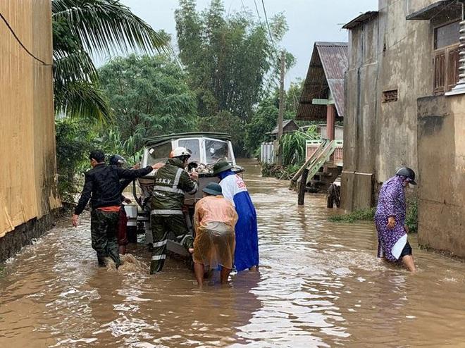Đắk Lắk ngập nặng sau bão, 300 hộ dân di dời khẩn cấp, nguy cơ vỡ đập thủy lợi - Ảnh 2.