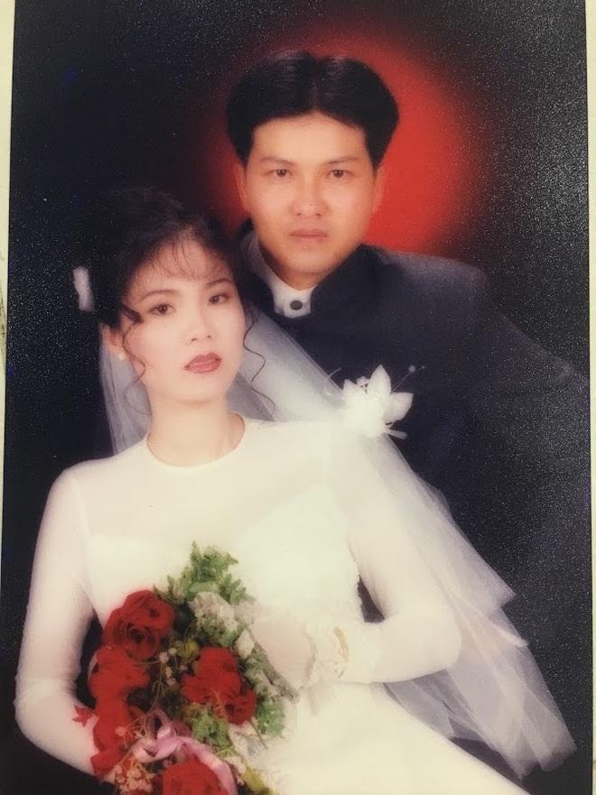 Đại gia thập niên 90 là đây: Chú rể cầu hôn bằng 7 phân vàng, chi 10 cây vàng tổ chức đám cưới, cô dâu thay 6 cái váy nhưng thân thế họ mới bất ngờ - ảnh 2