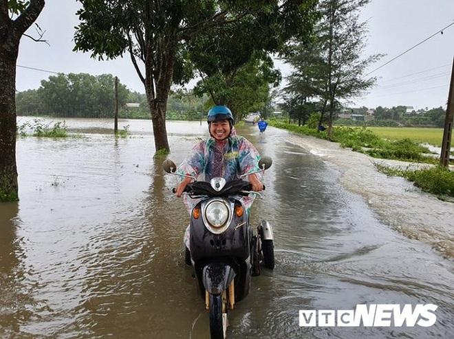 Đắk Lắk ngập nặng sau bão, 300 hộ dân di dời khẩn cấp, nguy cơ vỡ đập thủy lợi - Ảnh 3.
