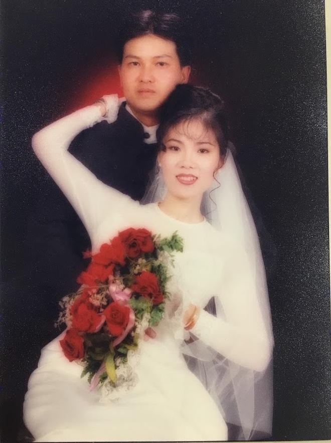Đại gia thập niên 90 là đây: Chú rể cầu hôn bằng 7 phân vàng, chi 10 cây vàng tổ chức đám cưới, cô dâu thay 6 cái váy nhưng thân thế họ mới bất ngờ - ảnh 3