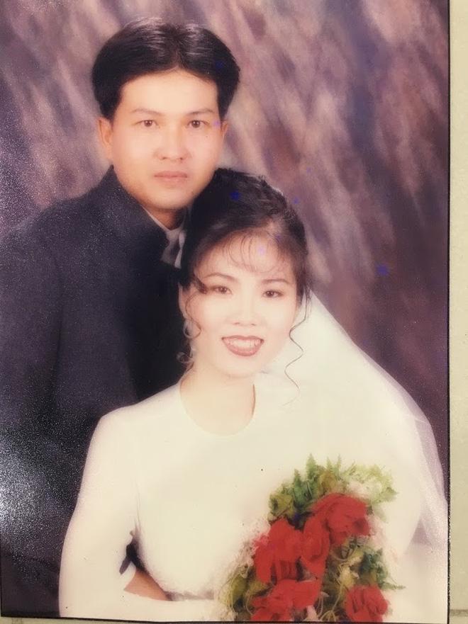 Đại gia thập niên 90 là đây: Chú rể cầu hôn bằng 7 phân vàng, chi 10 cây vàng tổ chức đám cưới, cô dâu thay 6 cái váy nhưng thân thế họ mới bất ngờ - ảnh 5