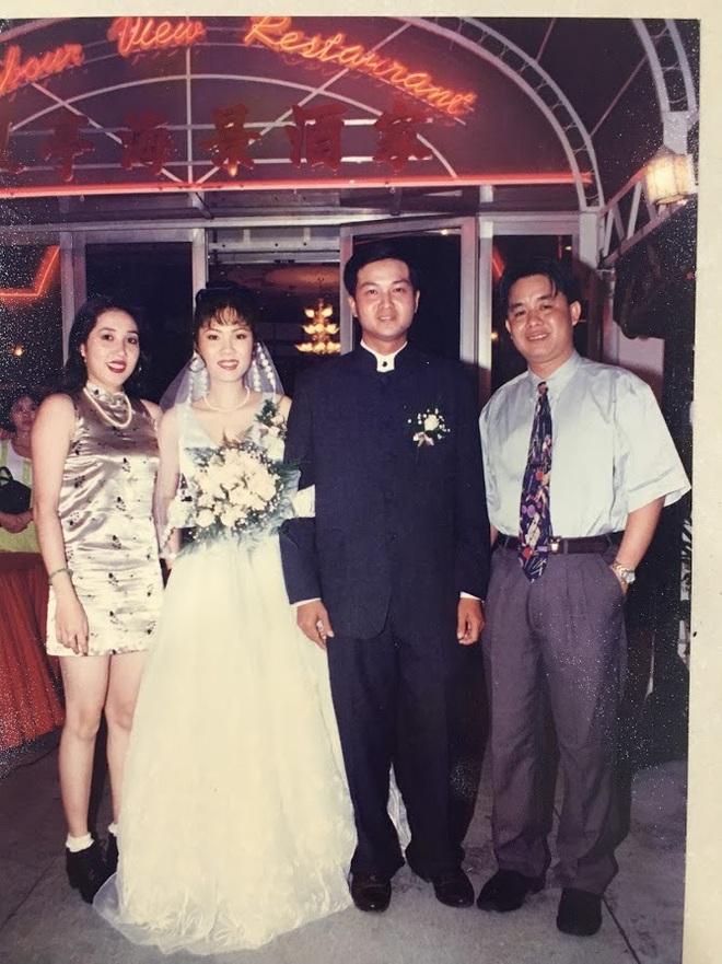 Đại gia thập niên 90 là đây: Chú rể cầu hôn bằng 7 phân vàng, chi 10 cây vàng tổ chức đám cưới, cô dâu thay 6 cái váy nhưng thân thế họ mới bất ngờ - ảnh 6
