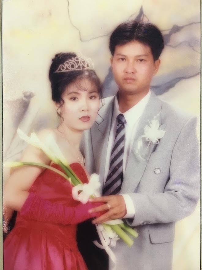 Đại gia thập niên 90 là đây: Chú rể cầu hôn bằng 7 phân vàng, chi 10 cây vàng tổ chức đám cưới, cô dâu thay 6 cái váy nhưng thân thế họ mới bất ngờ - ảnh 9