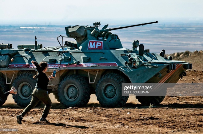 Bị tập kích dữ dội ở Syria: Quân cảnh Nga thất thủ, thiết giáp độ ngay ở chiến trường - Ảnh 1.