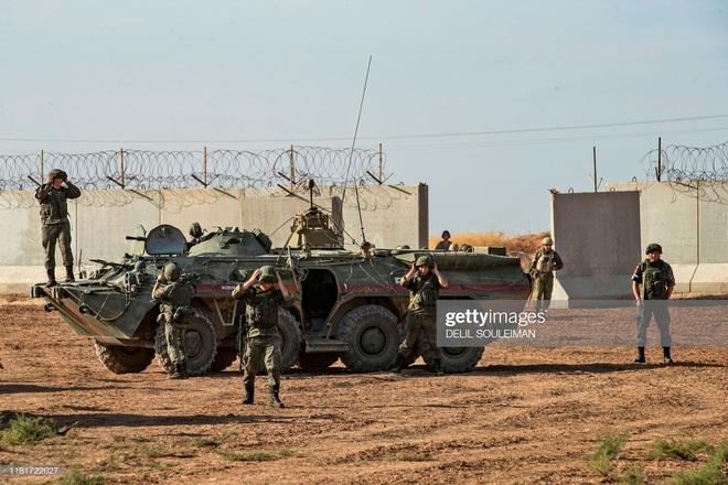 Bị tập kích dữ dội ở Syria: Quân cảnh Nga thất thủ, thiết giáp độ ngay ở chiến trường - Ảnh 7.