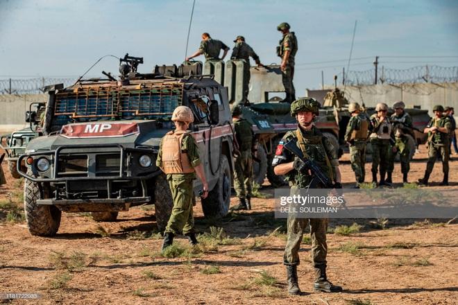 Bị tập kích dữ dội ở Syria: Quân cảnh Nga thất thủ, thiết giáp độ ngay ở chiến trường - Ảnh 6.