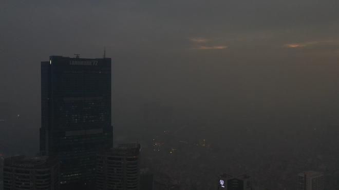 Hà Nội mịt mù trong ô nhiễm nhìn từ flycam - Ảnh 4.