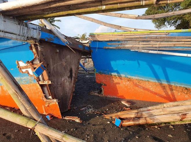 Tàu Trung Quốc tặng ngư dân Philippines bị sóng đánh vỡ đôi - Ảnh 2.