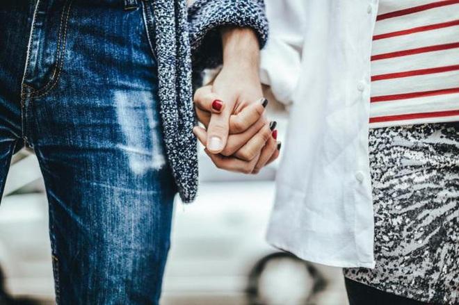 Vì sao nắm tay người yêu, bạn đời có thể làm dịu cơn đau thể xác? - Ảnh 2.