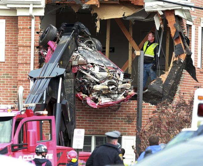 Chiếc Porsche mất lái đâm thẳng lên tầng 2 của một ngôi nhà, khiến 2 người trẻ tuổi trong xe tử vong - Ảnh 3.