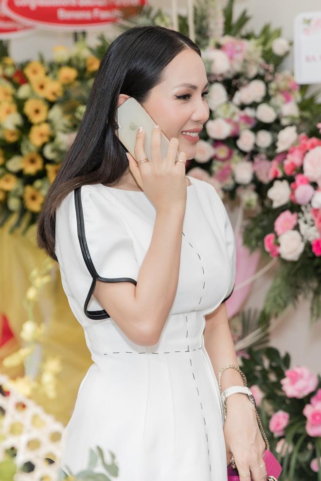 Bà xã Hoàng Bách khoe vẻ thon gọn, trẻ trung sau 2 tháng sinh con thứ 3 - Ảnh 9.